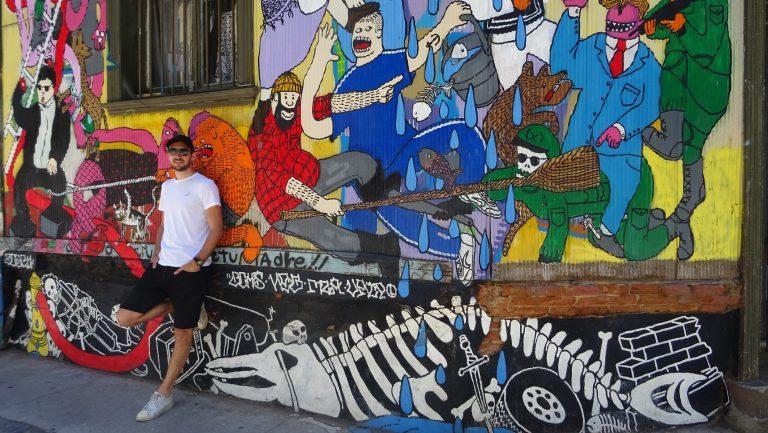 Erik met streetart Valparaiso