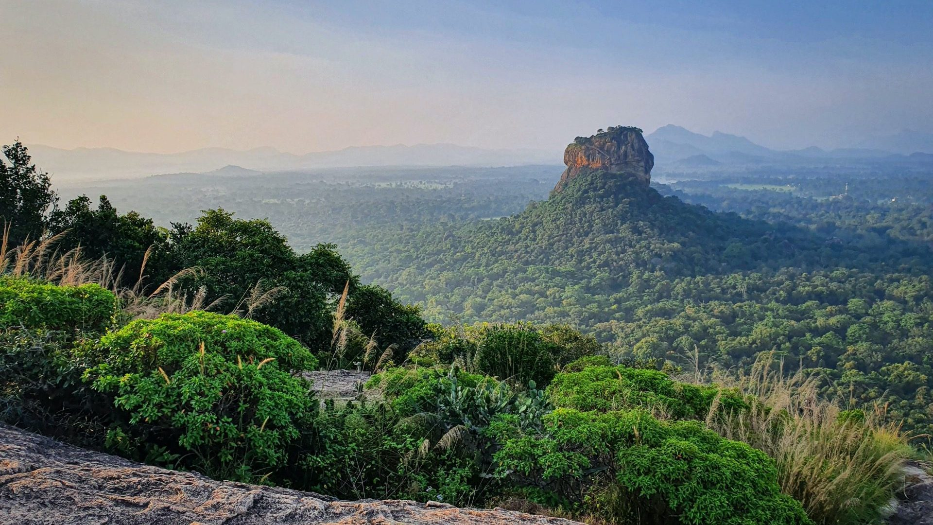 Sigiriya Pidurangala Rock uitzicht Lions Rock liggend