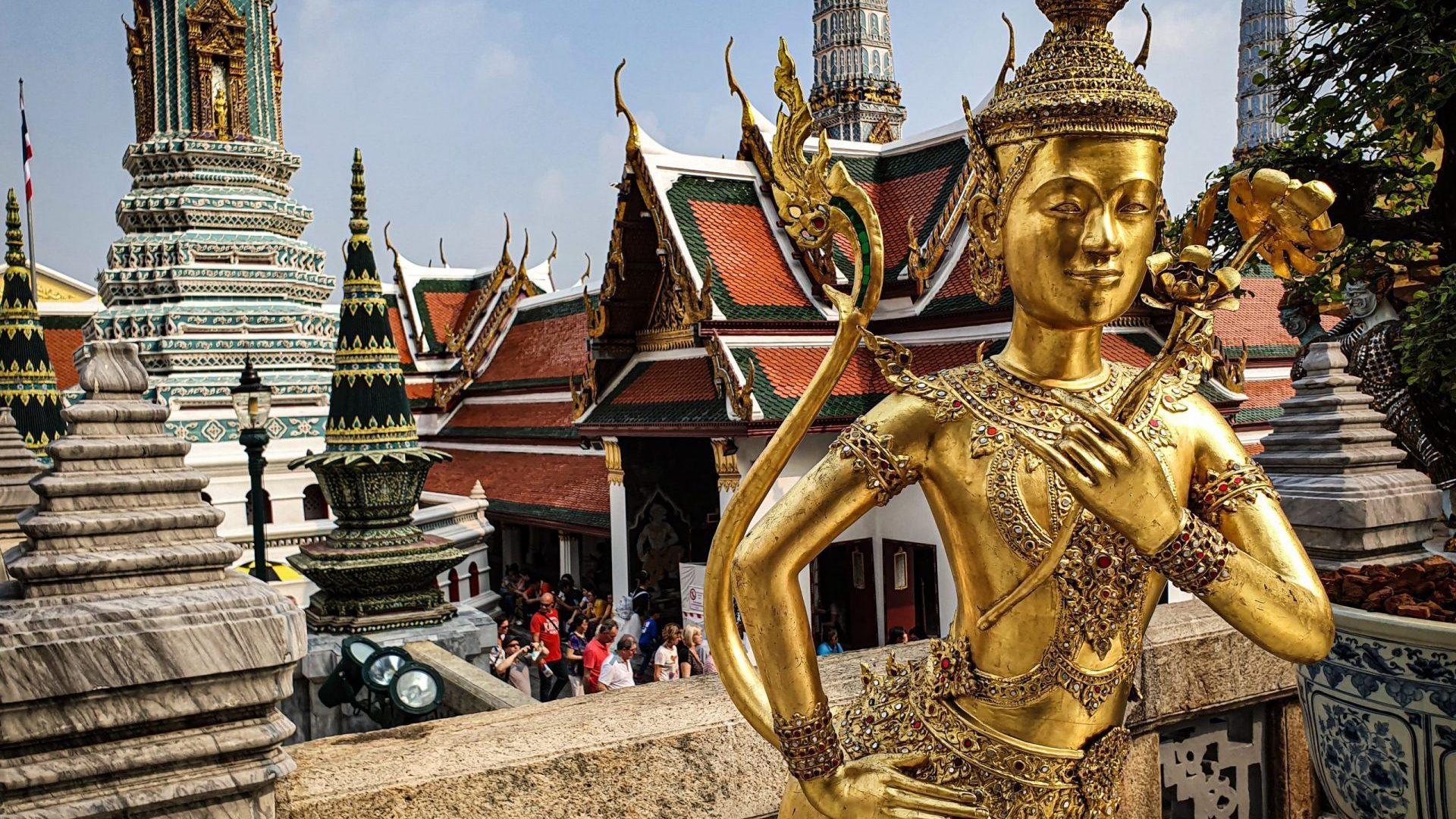 Bankok Royal Palace: Wat Phra Kaew gouden beelden met tempel achtergrond